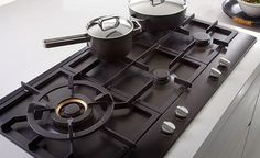 Nice hob layout  The 90 cm wide ATAG gas hob in graphite black is line gas hob with slim, low profile and 5 ATAG A+ burners - one 3 kW, two 2 kW, one 1 kW and a powerful 4.5 kW wok burner. The hob features recessed, triple full width cast iron pan supports, control knobs matching with those of ATAG ovens, automatic electronic ignition and thermoelectric flame failure devices on all burners. Coated with special Keradur enamel for easy cleaning.