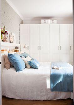 En el dormitorio Armario Pax con puertas Bersgbo de Ikea y lámpara de pie metálica de Cado.