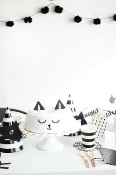 Need some inspiration for a trendy monochrome party? Look no further than 10 Monochrome Party Ideas! Kitty Party, Cat Birthday, 2nd Birthday Parties, Black And White Party Decorations, Cat Themed Parties, Halloween Party Decor, Halloween Halloween, Childrens Party, Baby Shower
