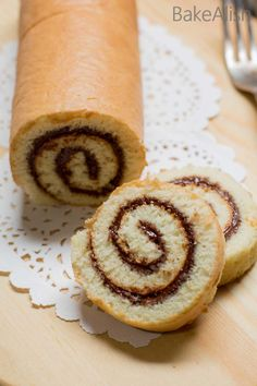 Nutella Swiss Roll - Swiss Roll Cake Recipe, Nutella Roulade Recipe This fluffy cake roll is wrapped with creamy Nutella and taste absolutely divine. Nutella Swiss Roll is an easy, delicious cake recipe you must try. Roll Cake Recipe Vanilla, Cake Roll Recipes, Delicious Cake Recipes, Yummy Cakes, Dessert Recipes, Eggless Vanilla Sponge Cake, Cake Receipe, Eggless Desserts, Nutella Recipes