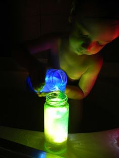 submersible science (submersible lights floral section at fabric/craft stores- great bath time activity) Time Activities, Craft Activities For Kids, Projects For Kids, Science Experiments Kids, Science For Kids, Crafts To Do, Crafts For Kids, Bath Time, Kids Playing