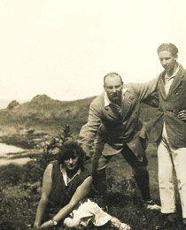 Colette, Henri de Jouvenel, et son fils Bertrand sur la lande près de Rozven, en Bretagne (1921?)