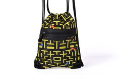 Esta mochila está inspirada en el famoso comecocos y a las amantes de los  videojuegos de les 80 les gustará. b950fd05bc5