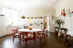 kitchen- red wegner y chairs Kitsch, Scandinavian Kitchen, Eclectic Kitchen, Interior Decorating, Interior Design, Stylish Interior, Small Dining, Round Dining, Table And Chairs