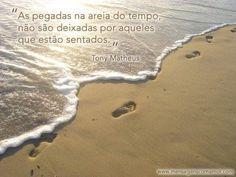 As pegadas na areia do tempo, não são deixadas por aqueles que estão sentados.