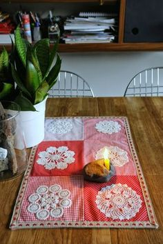 This Pin was discovered by nec Diy Crochet Doilies, Doily Art, Table Runner Pattern, Vintage Handkerchiefs, Sewing Art, Quilted Table Runners, Patch Quilt, Vintage Crafts, Vintage Embroidery