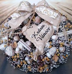Krásné+Vánoce+Věneček+s+šitým+srdíčkem+a+potiskemm+sušina,+průměr+29+cm. Burlap Wreath, Wreaths, Home Decor, Manualidades, Decoration Home, Room Decor, Bouquet, Interior Decorating, Floral Arrangements
