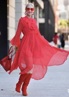 an all red look at New York Fashion Week, street style Over 50 Womens Fashion, 50 Fashion, Fashion Over 40, Holiday Fashion, Fashion Dresses, Fifties Fashion, Classic Fashion, Fashion Bloggers, 50 Style