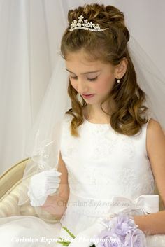 This white first communion veil features two tier with embroidered fleu de lis scalloped design along edge. This girls first communion veil includes attached comb. Tiara Hairstyles, Flower Girl Hairstyles, Formal Hairstyles, Wedding Hairstyles, First Communion Veils, Girls Communion Dresses, Peinado Updo, Communion Hairstyles, Girls Updo