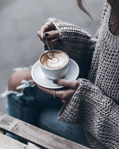 "8,988 Me gusta, 68 comentarios - Jacqueline Mikuta (@mikutas) en Instagram: ""Yum Coffee & @kelly_love_com ☕ #knitlove #kellylove #capuccino"""