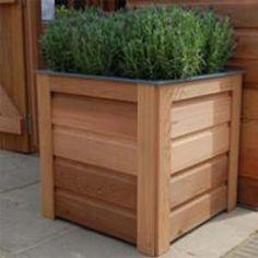 Een mooie vierkante plantenbak gemaakt van dezelfde materialen en afwerkingen als onze cederhouten plantenkassen.
