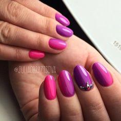Фиолетово-розовый маникюр овальной формы с эффектом омбре, камнями и бульонками.