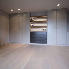 Deze exclusieve interieurs op maat weerspiegelen de wensen van onze klanten. Met een scherp oog voor detail en kwaliteit. Master Suite, Master Bedroom, Fitted Wardrobes, Walk In Closet, Outdoor Decor, Furniture, Home Decor, Dressings, Bedrooms
