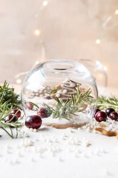 Gingerbread Snowglobe Place Setting: Not only are these cute, but they're easy to make and use supplies found in your kitchen! Christmas And New Year, All Things Christmas, Christmas Holidays, Christmas Crafts, Merry Christmas, Xmas, Christmas Ideas, Christmas Parties, Winter Holiday