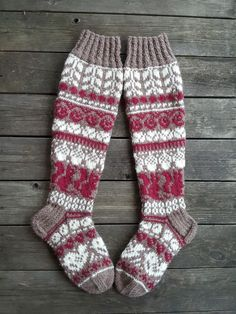 Metsäretket, malli Niina Laitinen Knit Mittens, Knitting Socks, Baby Knitting, Mitten Gloves, Granny Square Sweater, Diy Crafts Knitting, Work Socks, Cardigan Pattern, Baby Socks