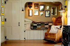 Esta hamaca y cama en un rincón de un altillo o buhardilla puede convertirse perfectamente en un lugar para evadirte cuando lo necesites.