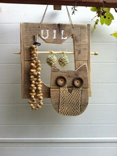 van steiger hout een uil om vogeltjes te voeren Whimsical Owl, Wood Ornaments, Bird Houses, Bird Feeders, Diy For Kids, Home Crafts, Decoration, Crates, Projects To Try