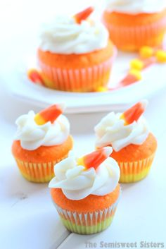 Candy Corn Halloween Cupcakes, makes mini cupcakes or regular! Muffin Halloween, Halloween Desserts, Halloween Treats, Halloween Halloween, Women Halloween, Fall Desserts, Halloween Cupcakes Easy, Healthy Halloween, Candy Corn Cupcakes