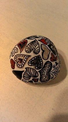 Piedras pintadas a mano. Corazones.