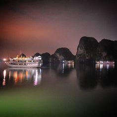 Fizemos um cruzeiro de 2 noites e 1 dia por Halong Bay e, por conta do fuso horário ainda bagunçado que não nos deixava dormir, de madruga registramos essa foto… olha que sensacional!! 😍😍 No post tem mais dicas: http://vamosfugir.net.br/2016/06/23/cruzeiro-em-halong-bay/