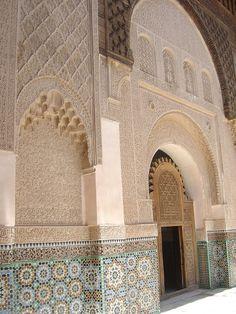 Marrakech: il diminutivo Medrasa tramite il suo portale verso l'angolo nord-ovest del palazzo, si cammina lungo un corridoio stretto e recintato che corre parallela alla parete nord dell'edificio, in movimento verso est. Il corridoio termina con un piccolo vestibolo coperto al centro della facciata nord, in asse con il centro del campo. Dopo l'arrivo nel vestibolo del corridoio d'ingresso http://www.medersa-ben-youssef.com/it/
