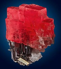 Rhodochrosite on Hubnerite - Cuarzo Mine, Huallapón, Pallasca, Áncash, Perú.