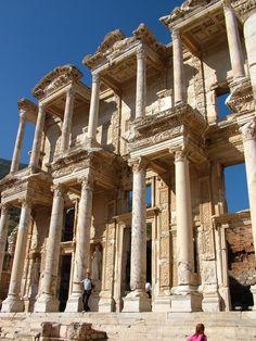 De Celsus Bibliotheek uit 125 na Chr. in Ephesus (Efes). Deze prachtige opgraving heeft ook een amfitheater en huizen en een Romeins stratenplan. (1988)