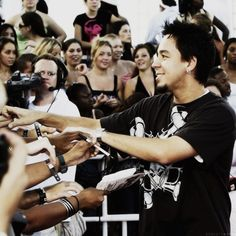 Mike Shinoda giving some fans some love - that's why I love them :) #linkinpark