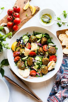 Falafel Salad with Lemon Garlic Dressing is chickpea salad taken to the next level! This easy falafel recipe uses canned chickpeas, skips the deep fryer, and be made in falafel salad // falafel recipe canned chickpeas // healthy falafel recipe Falafel Recipe Canned, Healthy Falafel Recipe, Falafel With Canned Chickpeas, Healthy Salads, Falafel Salad, Chickpea Salad, Salad Recipes, Vegan Recipes, Smoothie Recipes