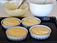 Siken hedelmäinen suosikkijälkkäri on helppo tehdä Pavlova, Crepes, Food N, Food And Drink, Berry, Trifle, Food Styling, Mousse, Peanut Butter