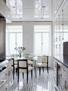 Натяжной потолок на кухне: лучшие реализации в интерьере и советы по выбору http://happymodern.ru/natyazhnoj-potolok-na-kuxne-35-foto-vybiraem-pravilno/ Natyaznyje_potolki_13