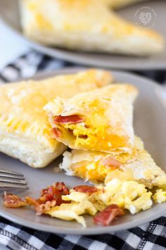 Bacon and Egg Breakfast Pockets Made with Puff Pastry Dough. These Breakfast Pockets are great to make ahead and can be frozen. Kids love them! A complete breakfast inside a tidy pocket of dough. Puff Pastry Dough, Puff Pastry Recipes, Filo Pastry, Phyllo Dough, Pizza Dough, Frozen Breakfast, How To Make Breakfast, Breakfast Club, Hot Pockets