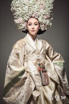 한복 Hanbok / Bridal: vogue look Korean Traditional Dress, Traditional Fashion, Traditional Dresses, Korea Fashion, Ethnic Fashion, Asian Fashion, Vogue Korea, Korean Dress, Korean Outfits