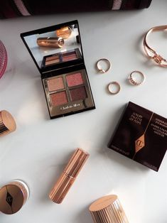 Discover the eyeshadow palette to achieve the coveted pink makeup look of the season. #beautyblog #beauty #belleza #makeup #maquillaje #makeupproducts #productosdebelleza #eyemakeup #maquillajedeojos #charlottetilbury #charlottetilburypillowtalk #eyeshadowpalette #paletasombradeojos Pink Makeup, Eye Makeup, Belleza Natural, Pillow Talk, Charlotte Tilbury, Eyeshadow Palette, Makeup Looks, Seasons, Luxury