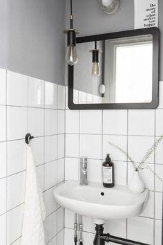 Kaklat i vitt med gråa väggar & högt till tak