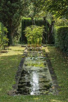 Un bassin à l'ancienne tout en longueur dans le jardin. Plus de photos sur Côté Maison http://petitlien.fr/7etc
