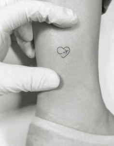 Best Friend Tattoo Ideas – Ideas -Minimalistische Best Friend Tattoo Ideas – Ideas - Kleine rosa Tattoos: mehr als 30 wunderschöne Tiny Rose Tattoo-Ideen . - - Tiny red airplane by · NYC ? Bff Tattoos, Mini Tattoos, Tattoo Femeninos, Herz Tattoo, Best Friend Tattoos, Couple Tattoos, Tattoo Flash, Tattoo Quotes, Camera Tattoos