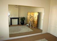 kleine spiegelwand voor prive yoga en ontspanningsruimte 3 x 2 m  geplaatst in Den Haag