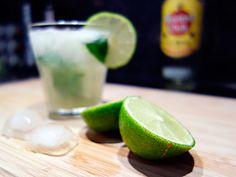 """Ein Mojito ist der ideale Cocktail für den Sommer! Und dabei auch noch sehr schnell und einfach zu mixen. Auf meinem Blog verrate ich euch mein Lieblings""""rezept"""". Mojito, Lime, Cocktail, Fruit, Blog, Quick Recipes, Garden Parties, Summer, Simple"""