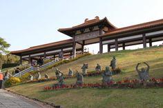 Cotia. Templo busdista Zu Lai. Um dos maiores templos budistas da América Latina, vale a visita mesmo para quem não é adepto da religião. Os ambientes de meditação seguem o estilo dos palácios chineses e uma escultura de Buda feita de jade se destaca na sala principal. O passeio inclui o cinerário, a cafeteria, a loja, a livraria e os jardins com estátuas, além de um restaurante (sáb/dom 12h/14h30) com bufê vegetariano a preço fixo (R$ 25). Aos domingos, a partir das 10h, os visitantes podem…