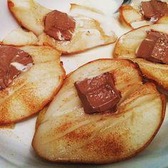 Dank des Instagram-Accounts von @rewe habe ich die Bratbirne für mich entdeckt - hier in der Version mit Kinder-Schoki, Zimt & Zucker und etwas Eggnog... Yummy!  #siehtkomischausschmecktaber #bratbirne #yummy #zimt #zimtundzucker #birne #eggnog #kinderschokolade #kinderschoki #pear #instafood #instafoodie #pears #ilovefood #foodlover #fruit #fruits #foodblogger #foodbloggers