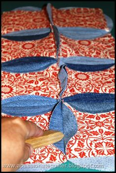 Best tutorial I have found yet for this type of quilt. The actual baby blanket Denim Quilts, Denim Quilt Patterns, Circle Quilt Patterns, Blue Jean Quilts, Circle Quilts, Square Quilt, Good Tutorials, Quilt Tutorials, Cathedral Window Quilts