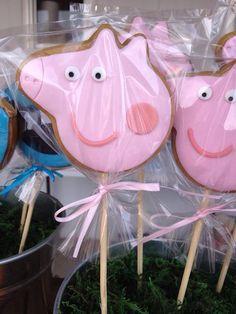 Lembrancinha peppa pig: 80 modelos e dicas fantásticas para se inspirar! Bolo Da Peppa Pig, Peppa Pig Cookie, Cumple Peppa Pig, Pig Birthday Cakes, 2nd Birthday Parties, Birthday Ideas, Aniversario Peppa Pig, Pig Cookies, George Pig