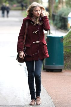 Taylor Swift, duffle coat, burgundy, maroon, winter, autumn style, jeans, fashion