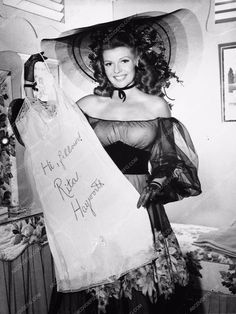 photo candid cool Rita Hayworth sends morale booster to the troops 735-20