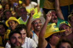 Manifestantes pró-impeachment comemoram enquanto assistem a votação do processo de impeachment em um telão instalado na Esplanada dos Ministérios, em Brasília