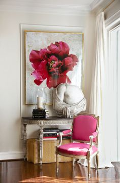 Love the flower art work and fuchsia chair fabric Bold Living Room, Kit, Beautiful Interiors, Beautiful Homes, French Cottage, Interior Design, Interior And Exterior, Traditional Decor, Decoration