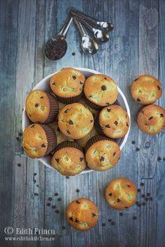 Muffins cu ananas si ciocolata - muffins pufosi si deliciosi cu cubulete zemoase de ananas si bucatele de ciocolata