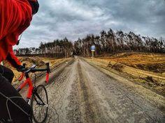 A może tędy na szage?  W końcu #wiosna w powietrzu. . . #cyclingphotos #cyclingpics #stravaphoto #cycling #roadcycling #roadbike #szosa #gopro #goprohero5black #gp5b #hero5  #kreckilometry #pasjadosportu #outsideisfree #fromwhereiride #roadporn #lightride