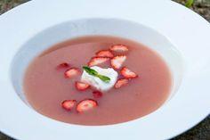 Kold rabarbersuppe med et twist af lakridsskum. Suppen er uden sukker og mælkeprodukter, så du kan nyde naturens egne sødme og farver med god samvittighed.